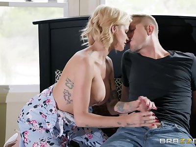 Busty blonde Joslyn James is the real master of fuck and a blowjob